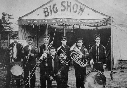 """Ο """"Papa"""" Jack Laine στο κέντρο, με την The Reliance Brass Band το 1910"""